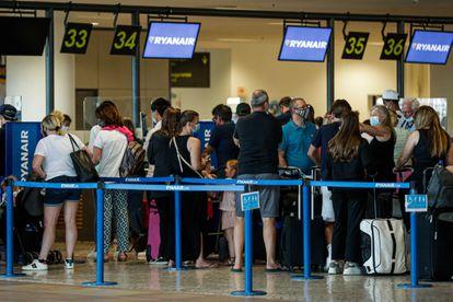 Británicos en el aeropuerto de Faro (Portugal).