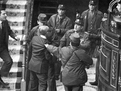 Adolfo Suárez increpa a los guardias civiles que zarandean a Manuel Gutiérrez Mellado el 23-F.