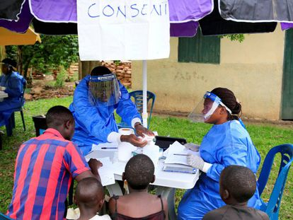 Trabajadores sanitarios de Uganda hablan con civiles sobre el brote de ébola en la aldea de Kirembo, cerca de la frontera con el Congo.
