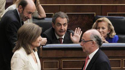 Pleno del 2 de septiembre de 2011 en el que se aprobó la reforma de la Constitución sobre la deuda con el entonces presidente Rodríguez Zapatero (en el centro); Rubalcaba y Báñez a su derecha y Montoro y Báñez a su izquierda.