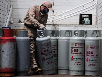 Trabajadores de Gas Bienestar reparten cilindros en Iztapalapa, en Ciudad de México.