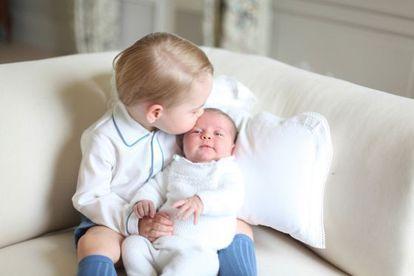 Carlota de Cambridge, en brazos de su hermano Jorge.