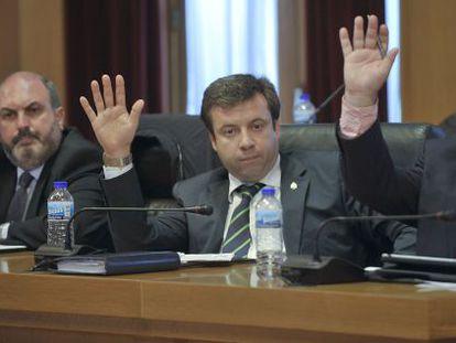 Luciano Rivero, en el centro, durante una votación en un pleno de la Diputación de Ourense.