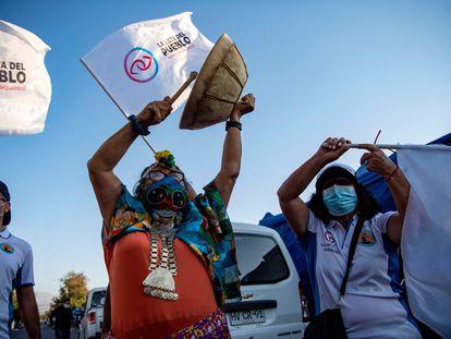 La candidata izquierdista a la Constituyente del Partido del Pueblo, la mapuche Juanita Millal, golpea un instrumento durante una visita a un barrio pobre de Santiago, el 23 de marzo de 2021.