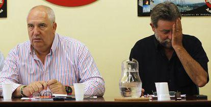 Carbonero (izquierda), de CC OO,  y Fernández Sevilla, de UGT.