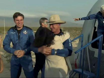 Jeff Bezos (con sombrero), la pionera Wally Funk (en el interior de la nave) y el joven Oliver Daemon (izquierda), tras completar el vuelo.
