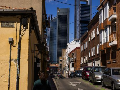 La calle Canaveral, en el barrio La Ventilla, Tetuan, con las cuatro torres de fondo.