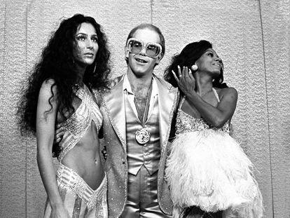 Tras la cancelación del programa de televisión 'The Sonny and Cher Comedy Hour', la cantante comenzó su propio espacio televisivo al que acudieron las grandes estrellas del momento como David Bowie, The Jacksons. En la foto, junto al cantante británico Elton John (centro) y Diana Ross (derecha) en los Rock Music Awards de 1975.