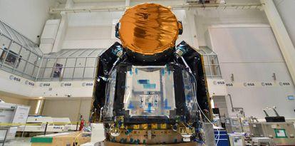 El satélite Cheops, en la sala blanca de Airbus en Madrid.