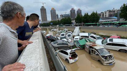 Giovedì a Zhengzhou le auto sono state spazzate via dalle forti piogge.