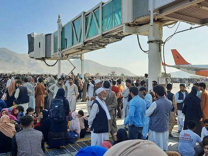 Cientos de afganos se agolpan en el aeropuerto de Kabul. En vídeo, cientos de personas intentan huir del país en los vuelos militares.