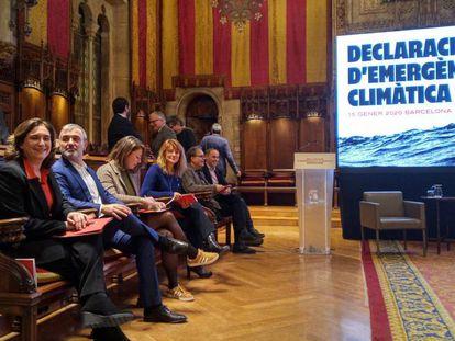 La alcaldesa Colau y concejales de su gobierno durante la declaración de emergencia climática de Barcelona