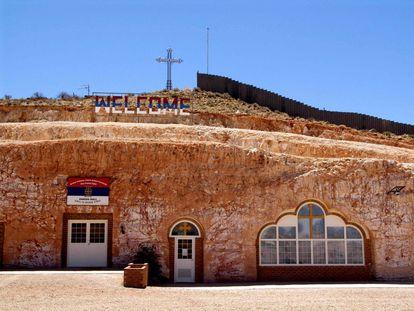La iglesia ortodoxa serbia de Coober Pedy se construyó en la roca para protegerla del calor.