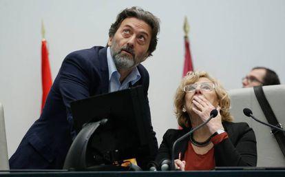 Manuela Carmena y Mauricio Valiente, durante el pleno.