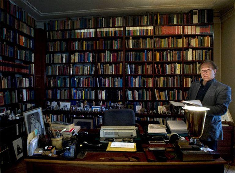 Javier Marías, en el despacho de su casa.