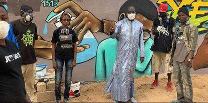 Aunque el Gobierno de Senegal no cede espacios oficiales para el arte urbano ni tampoco reconoce esta técnica como canal de comunicación durante el estado de alarma, el Ministro de Salud, Abdoulaye Diouf Sarr, se ha dejado caer por los barrios de Dakar donde pinta el colectivo UnduGraff, y se ha tomado una foto con los chicos.