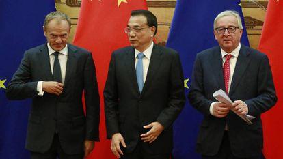 El primer ministro chino, Li Keqiang, entre el presidente del Consejo Europeo, Donald Tusk (izquierda), y el de la Comisión Europea, Jean-Claude Juncker, en 2018.