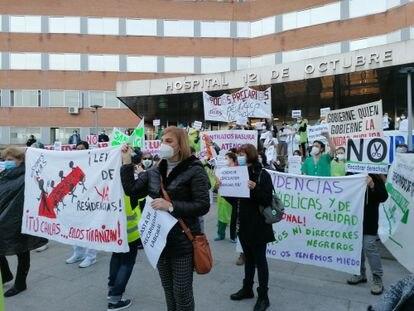 El personal del Servicio Madrileño de Salud se concentra a las puertas del Hospital 12 de Octubre para denunciar la precariedad laboral.