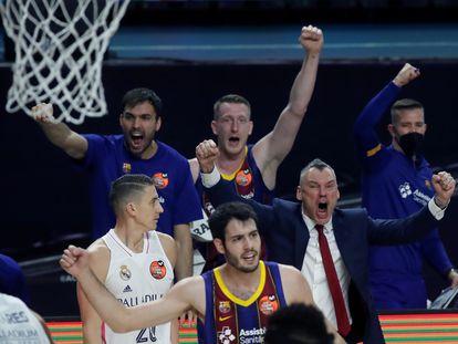 Jasikevicius celebra el título de Copa junto a Abrines, Oriola y Smits.