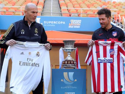 Zinedine Zidane y Diego Pablo Simeone posan con las camisetas de sus respectivos equipos en el estadio King Abdullah de Yeddah.