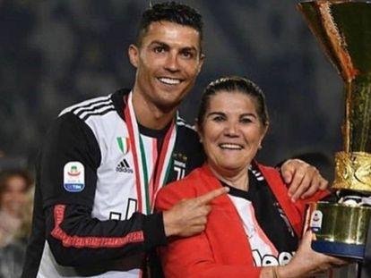 Cristiano Ronaldo con su madre, Dolores Aveiro, celebrando un título con la Juventus conseguido en la temporada 2018/2019.