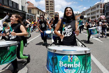 Jóvenes marchan contra la violencia policial y contra las políticas del Gobierno de Iván Duque, este miércoles.