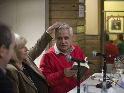 Beatriz de Moura y Juan Cruz durante la presentación del libro en Barcelona.