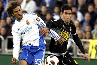 Ponzio disputa el balón con Callejón.