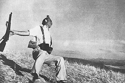 Famosa instantánea de Robert Capa en la que sorprendió a un miliciano en pleno vuelo hacia la muerte.