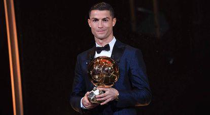 Cristiano sostiene su quinto Balón de Oro.
