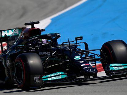 Lewis Hamilton, en su Mercedes este sábado en Montmeló.