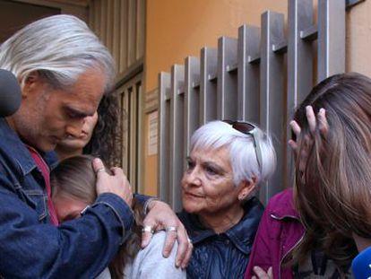 Las dos menores, junto a su padre, en los juzgados de Valls.