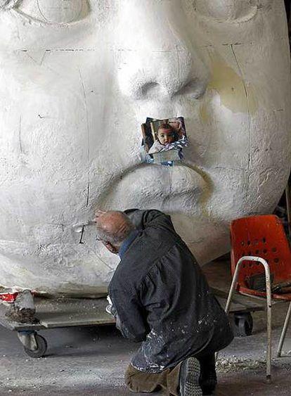 Antonio López, trabajando sobre la escultura que reproduce el rostro de su nieta.