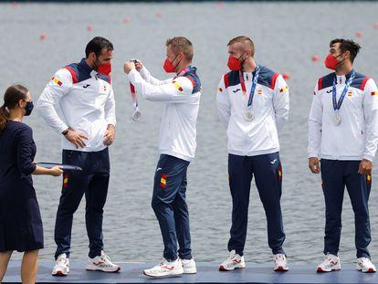 Marcus Cooper le pone la medalla de plata a Saúl Craviotto ante la mirada de Carlos Arévalo y Rodrigo Germade.