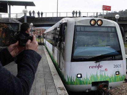 Pruebas en Mieres, Asturias, del primer tren de viajeros autopropulsado con gas natural licuado.