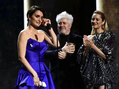 Una emocionada Penélope Cruz agradece el César de Honor en presencia de Pedro Almodóvar y Marion Cotillard.