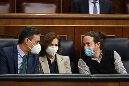 El presidente del gobierno Pedro Sánchez con la vicepresidenta Carmen Calvo y el vicepresidente Pablo Iglesias durante la sesión plenaria en el congreso de los diputados en Madrid.