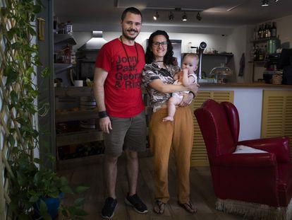 Pablo, Paula y su hija Júlia en la cafetería Suquía, en la calle de Blanquerna en Palma.