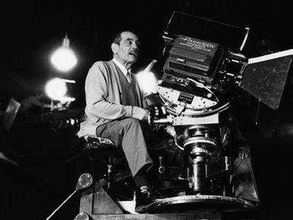 Luis Buñuel en 1974 durante el rodaje de 'El fantasma de la libertad'.