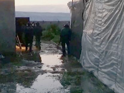 Agentes de la guardia civil durante el operativo contra el clan de los Pintaos, en Almería.