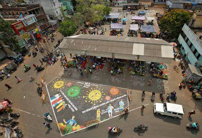 Marcas hechas con tiza en el pavimento en un mercado de vegetales en Chennai, India.