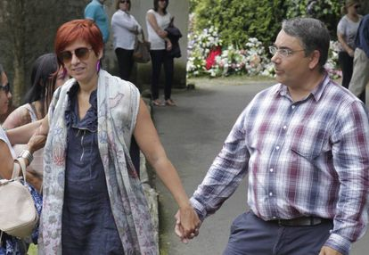 Sandra Ortega Mera con su marido, durante el entierro de su madre, Rosalía Mera en Oleiros en agosto de 2013.