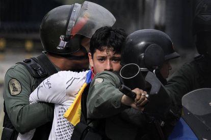 La Guardia Nacional Bolivariana detiene a un manifestante en la huelga general.