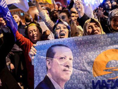 Seguidores del partido islamista AKP durante la celebración por su victoria en las elecciones de este domingo.