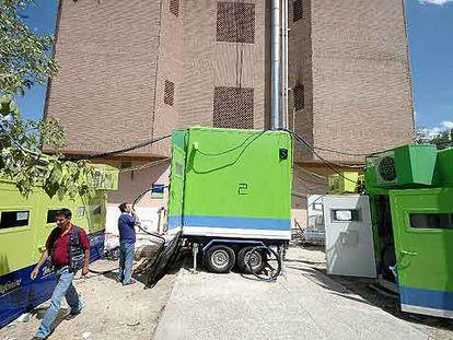 Trabajadores de Telefónica reparan la central incendiada en La Moraleja, Alcobendas.