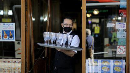 Un camarero del Cafè de l'Òpera de Barcelona, este miércoles.
