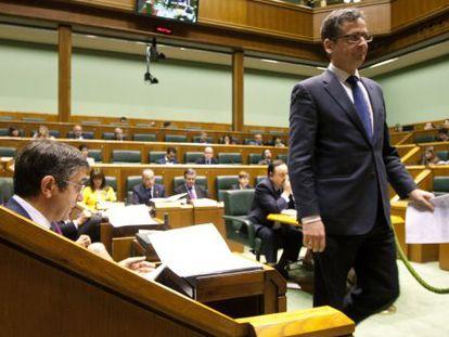 Antonio Basagoiti pasa por delante del 'lehendakari', durante el pleno en el Parlamento vasco.
