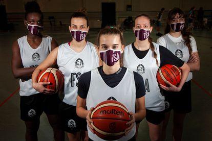 Las jugadoras de baloncesto del Sant Adrià, equipo de la Liga Femenina 2. / JUAN BARBOSA