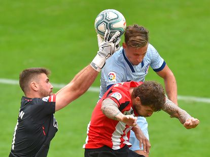 Marcos Llorente cabecea entre el defensa Íñigo Martínez y el portero Unai Simon en el Athletic-Atlético.