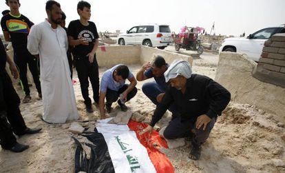 Un grupo de iraquíes llora la muerte en un atentado del general Abdulrahman Abu Raghif, jefe de las operaciones en Al Anbar.
